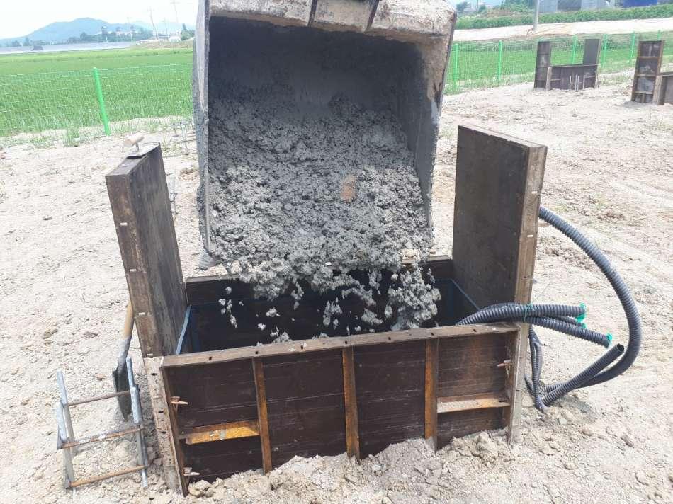 거푸집에흙붓기.jpg